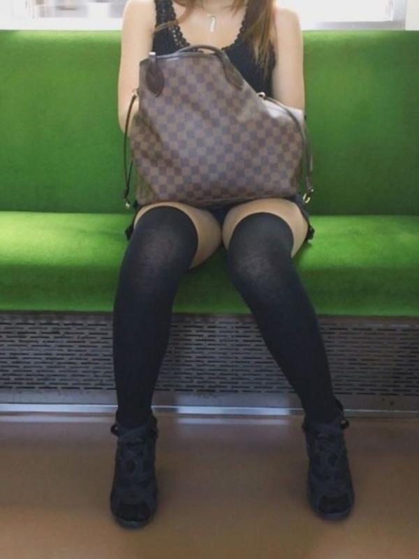通学電車のパンチラ画像-28