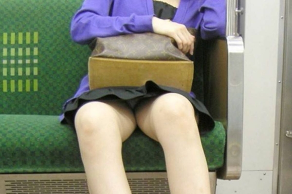通学電車のパンチラ画像-36