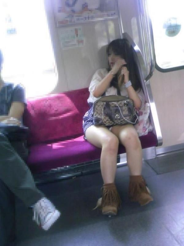 通学電車のパンチラ画像-37