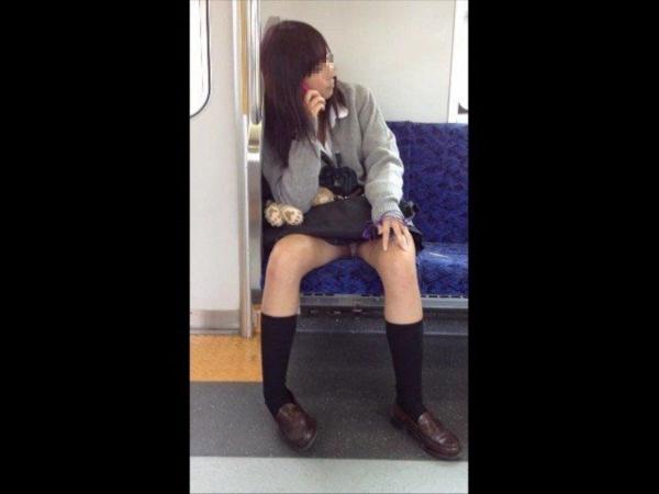 通学電車のパンチラ画像-49