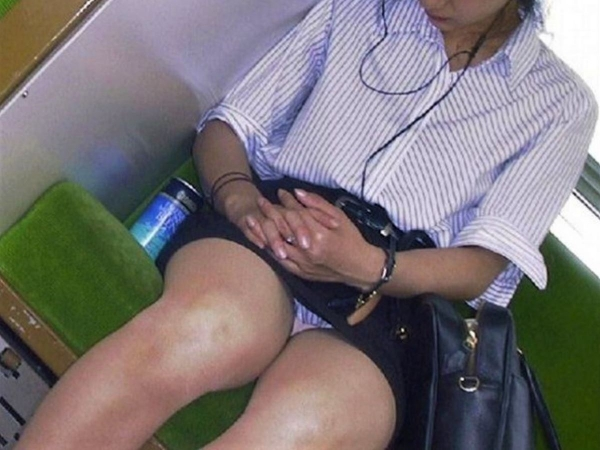 通学電車のパンチラ画像-59
