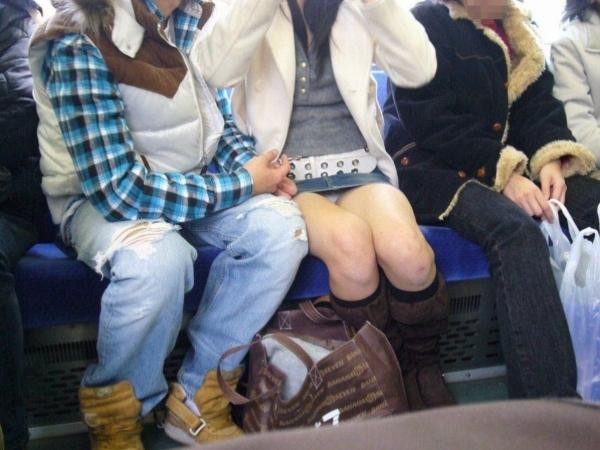 通学電車のパンチラ画像-60