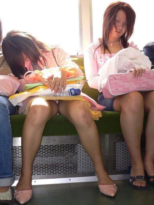 通学電車のパンチラ画像-63
