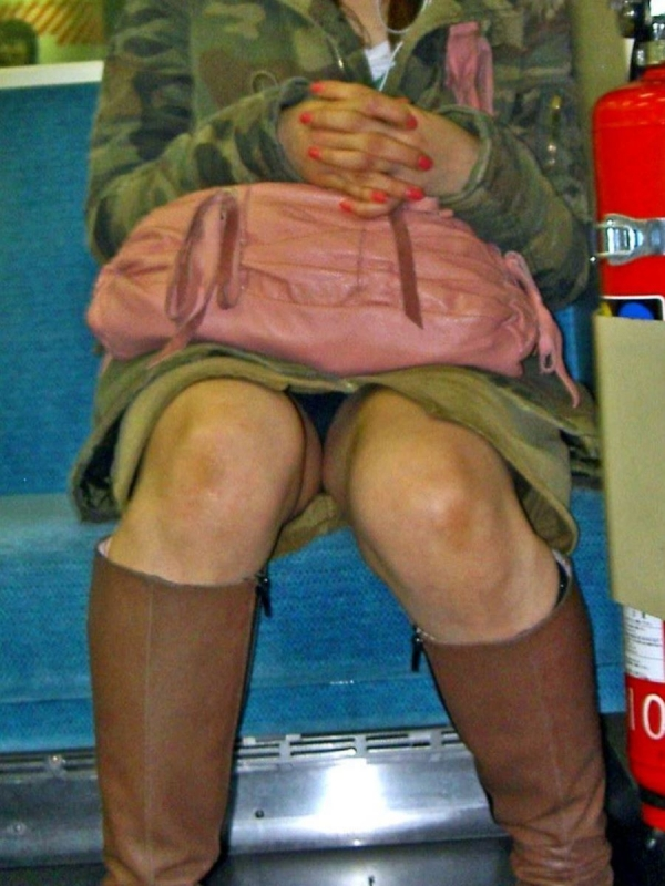 通学電車のパンチラ画像-70