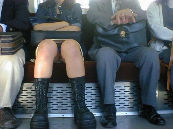 通学電車のパンチラ画像-87