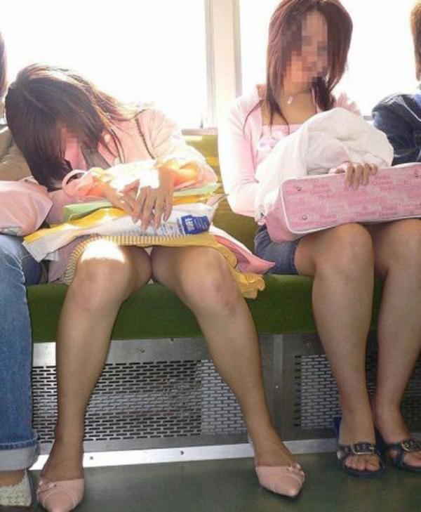 通学電車のパンチラ画像-99