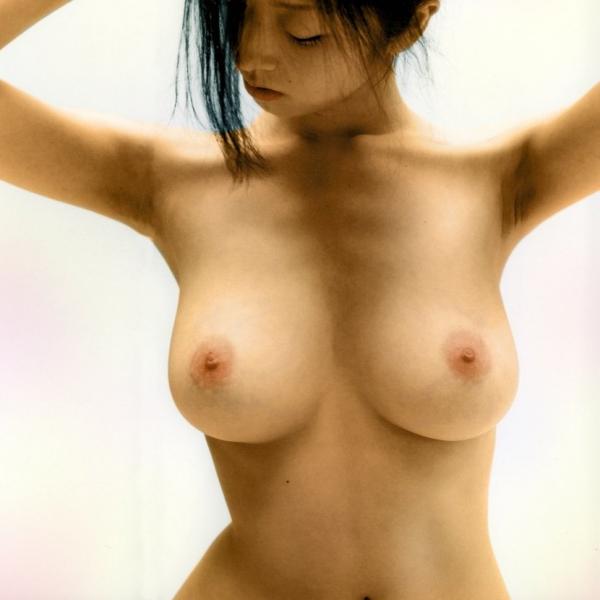 釣り鐘型の美乳画像-17