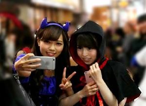 渋谷のハロウィンでナンパしされた仲良し女子がレズビアンエッチ