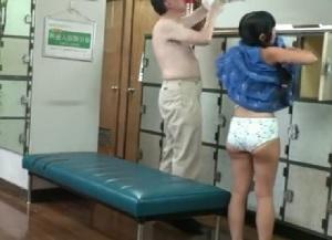 青井いちご父親と訪れた銭湯で犯されてしまうロリ系のパイパン娘