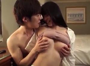 【上原亜衣】イケメン彼氏と就寝前のイチャラブエッチをする照れ屋な彼女