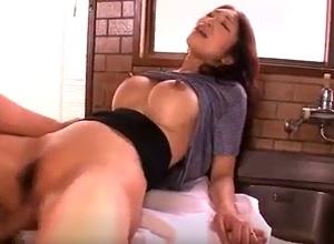 息子の担任を誘惑してセックスする乳首ビンビン巨乳妻