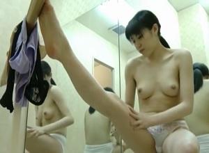 禁断の更衣室隠し撮り。レオタードに着替える新体操部の女子大生を隠し撮り