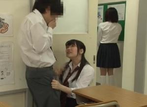 教室でイチャつくカップルに嫉妬した女子校生が廊下に彼女を呼び出して、その隙に彼氏を誘惑して寝取っちゃう