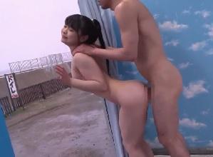 【MM号】海水浴場でナンパされた水着美女が童貞君だと思っていた男性の激しいピストンでイカされる
