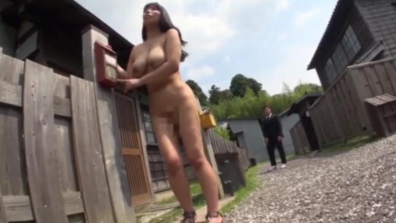 素っ裸で締め出された爆乳豊満ボディの三喜本のぞみ!エロボディを晒して玄関をうろつく姿がエロすぎ!
