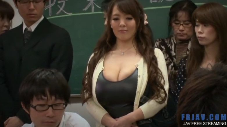 授業参観に出没した超乳お母さん!息子の友達と授業中に廊下で乳揺れ濃厚ファック!【Hitomi】