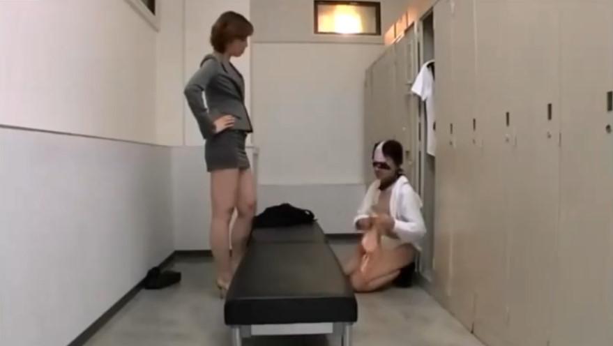 女子更衣室に侵入し下着をあさる変態男を高身長お姉さんが成敗!