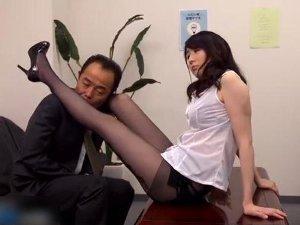 黒パンスト脚で好調を誘惑する痴女教師