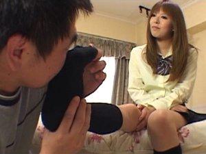 足フェチオヤジに足を舐められ捲る女子校生