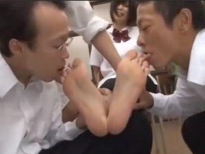 足裏を舐められる女子校生