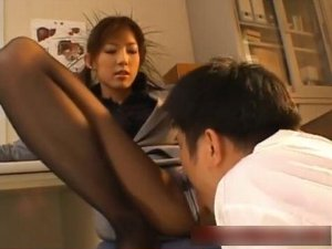 脚を舐めさせる女教師