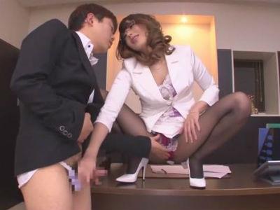 M男性社員に女物のパンティをはかせてパンストの腰に素股する淫乱美人社長 桜井あゆ