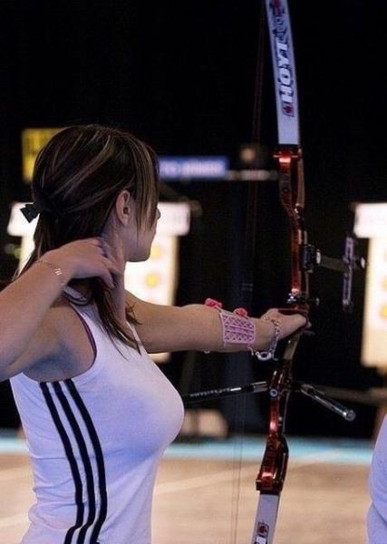 【画像】アーチェリー女子さん、矢を引いた時に胸がデカすぎてくっきり浮き出てしまう