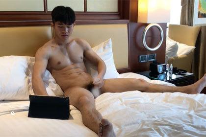 20歳イケメン体育会系のホテルオナニー.jpg