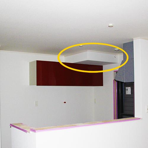 キッチンの天井の出っ張りを利用してフライパン収納にする①