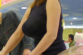 【着衣巨乳エロ画像】薄着の着衣巨乳は破壊力抜群!!痴かんの衝動を抑えきれなくなる街撮りされたおっぱいwwww