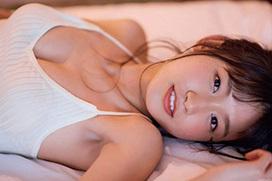 鈴木えりか(20) 透明感のある新人女優が水着グラビアデビュー。
