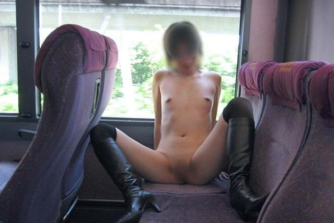 (外露出)逃げ場のない所で脱いでムラムラするヘンタイちゃん(列車内)