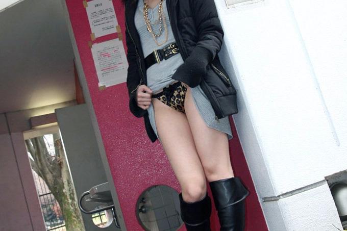 【パンチラ】自分でスカートたくし上げてモロ見せ【セルフ】
