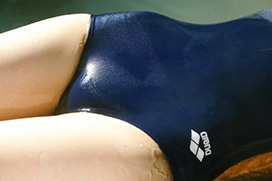 中も濡れ濡れな濡れた競泳水着のエロ画像