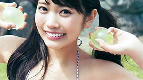 まねきケチャ松下玲緒菜(18) グラビア初挑戦のフレッシュビキニ。