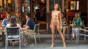民衆の前で裸になってる外人エロ画像 part3