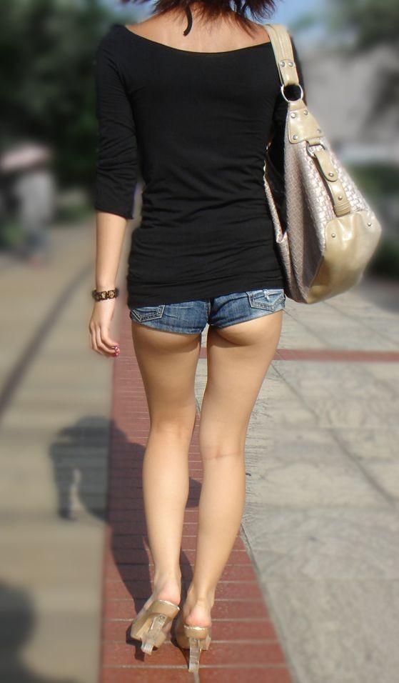 【ホットパンツエ□画像】これをファッションと呼ぶのか…ガッツリ尻肉はみ出すホットパンツのお尻がただの痴女ですやんwww