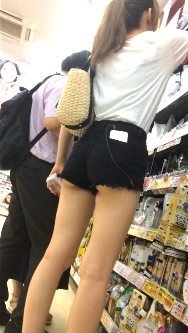 つい股間が反応してしまう街歩く女さんの画像!透けパンツやムチムチの太もも、パ○チラもあり。