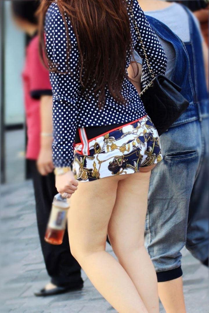 ホットパンツから尻やパンツがハミ出してる素人女性たちのエ□画像