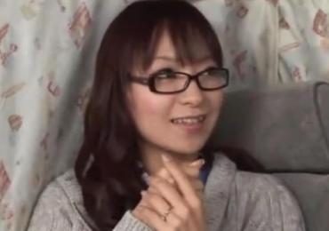 ファッションアンケでGET!私的ドストライクなメガネ奥さんが電マでマジイキ!手コキフェラ抜き!