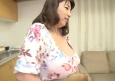 豊満デブな五十路のムチムチ豊満家政婦おばさんとパイズリSEX!!!【朝霧ゆう】