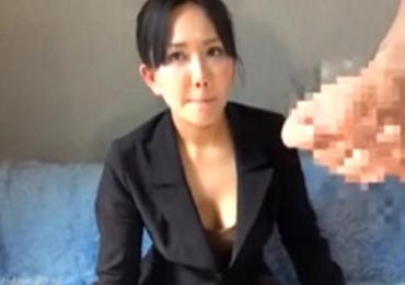 【熟女ナンパ】 弁護士事務所でキャリア熟女に固くて大きなセンズリおチ○ポを見てもらった反応が・・w