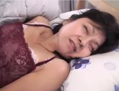 官能小説に出そうな田舎の農家のおばさんのお宅にお邪魔してセックス動画個人撮影してるpornonab.ビデオ日本人