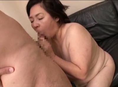 還暦を越えて近親相姦性交撮影に挑戦する高齢老女の大内静子さんのアダルトウラビデオ