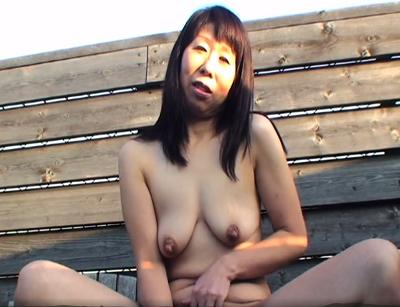 しわしわで熟れた裸体のアダルトな素人オバハーンと露天でおめこしている熟年動画性交