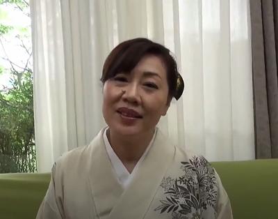 70歳の旦那に貰った還暦祝いの着物でアダルト出演する浦野明美さんの高齢老女動画