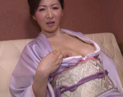 日本の熟女女優の大橋ひとみさんがスナックのママを演じて客におめこを求めるアダルト映画風