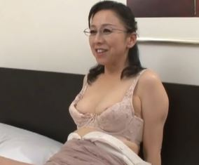 【人妻動画】《エッチ☆なオバサン》熟練のテクでウブな青年に膣内の味を教え込む☆