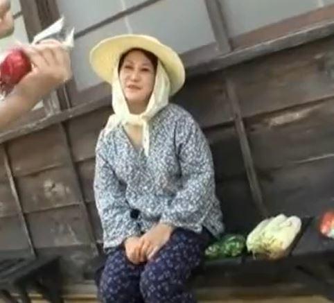 【人妻動画】田舎のオバサンがカッチカッチ男根に我を忘れて逝きまくり☆
