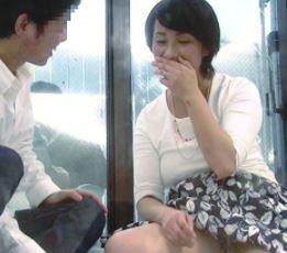【人妻動画】《ヒトヅマ企画》思春期のヤングにむっちり柔乳を拝ませたらマラがビンビン収まり尽きません☆